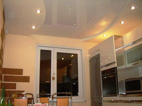 Потолок из гипсокартона на кухне в глянцевой краске