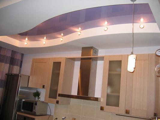 Потолок из гипсокартона на кухне в глянцевой краске двух цветов