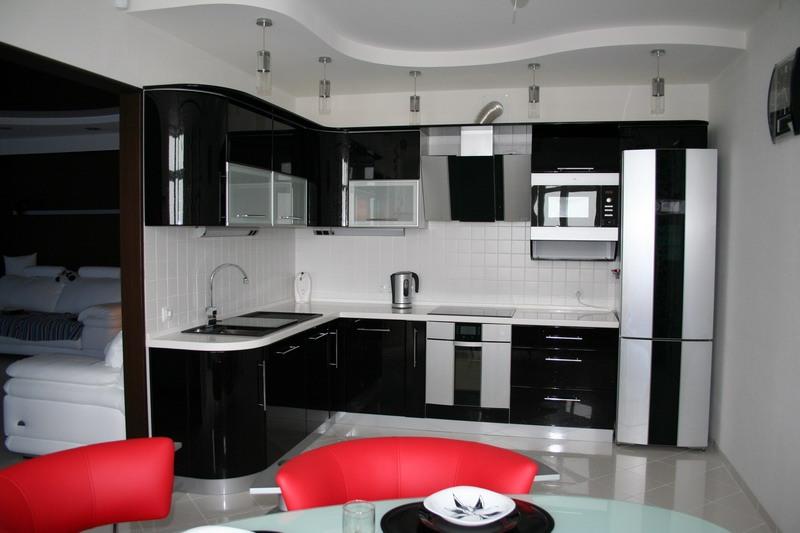 Потолок из гипсокартона на кухне в традиционном матовом тоне
