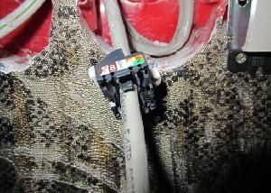 Просовываем часть клемника через провод