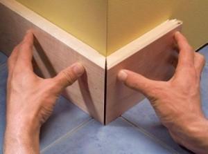 Соединение двух угловых частей деревянного плинтуса