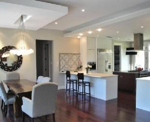 Потолок из гипсокартона на кухне в виде квадрата в белом цвете